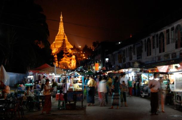 Schon geil: Schwedagon bei Nacht.