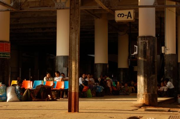 Auf Verspätungen eingestellt: Wartende am Bahnhof Mandalay