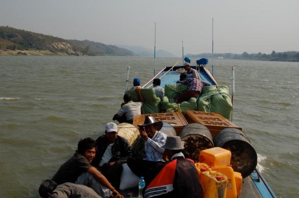 Auch Schränke finden auf dem Boot Platz, wenn es sein muss. Mehr Transportmittel als Urlaubsdampfer.